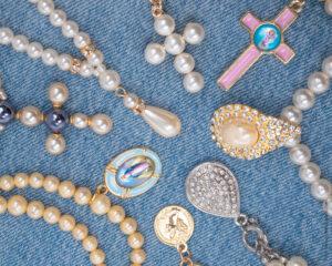 verschiedene Kreuze und Anhänger aus Perlen